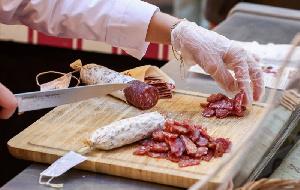 """Роскачество обнаружило в """"Брауншвейгской"""" колбасе двух марок превышение по нитратам натрия"""