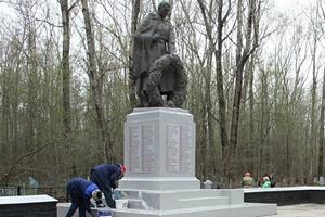 """В рамках акции """"Живые павшим обязаны вечно"""" удмуртская птицефабрика привела в порядок воинский мемориал"""