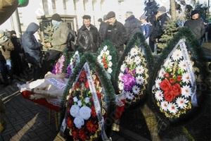 Митингующие принесли гроб со свиньей к зданию Верховной рады Украины