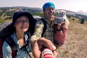 Видеоблогер снял вирусную рекламу колбасы, использовав ее вместо селфи-палки
