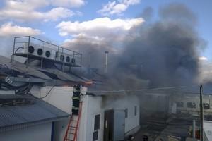 В Орске Оренбургской области ликвидируют пожар на мясоперерерабатывающем комбинате «Желен»